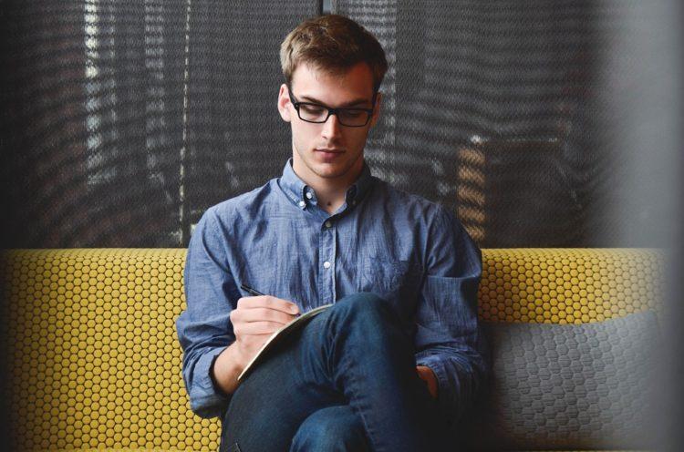 Créer son entreprise avec un salarié en poste
